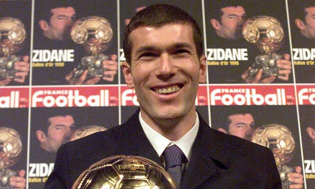 Em dezembro de 1998, o craque francês ganhou a cobiçada Bola de Ouro, dada ao melhor jogador do mundo JACQUES DEMARTHON / AFP