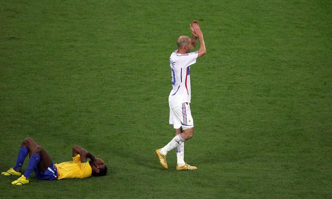 Enquanto Zé Roberto lamenta a eliminação na Copa de 2006, Zidane festeja a classificação às semifinais Ruben Sprich