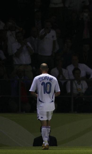 Desolado, Zidane deixa a final da Copa de 2006 após levar o cartão vermelho Dylan Martinez / Dylan Martinez