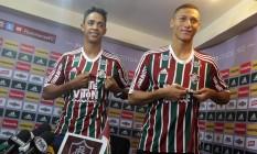 Felipe Amorim, à esquerda, e Richarlison são apresentados nas Laranjeiras Foto: Márcio Alves / Agência O Globo