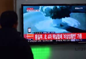 Pessoas assistem ao telejornal em estação ferroviária em Seul, depois de ter sido detectado um terremoto perto do local de testes atômicos na Coreia do Norte Foto: JUNG YEON-JE / AFP