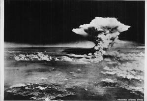 Nuvem atômica sobe pelos seus de Hiroshima após explosão da primeira bomba nuclear no final da Segunda Guerra Mundial Foto: HANDOUT / REUTERS