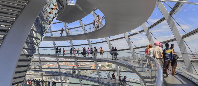 Visitantes passeiam no interior da cúpula do Reichstag, em Berlim Foto: Divulgação