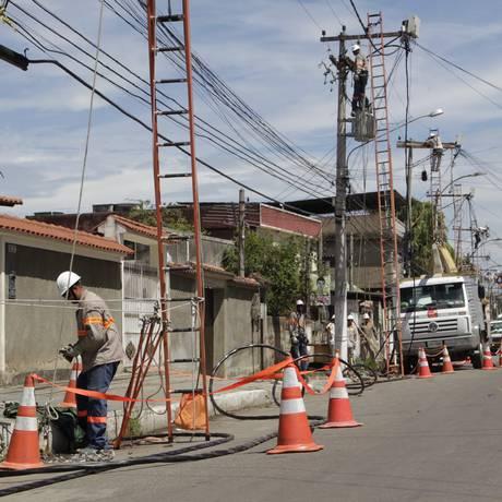 Funcionário da Ampla fazem manutenção na rede elétrica em São Gonçalo Foto: Fabio Guimaraes / Agência O Globo/Arquivo