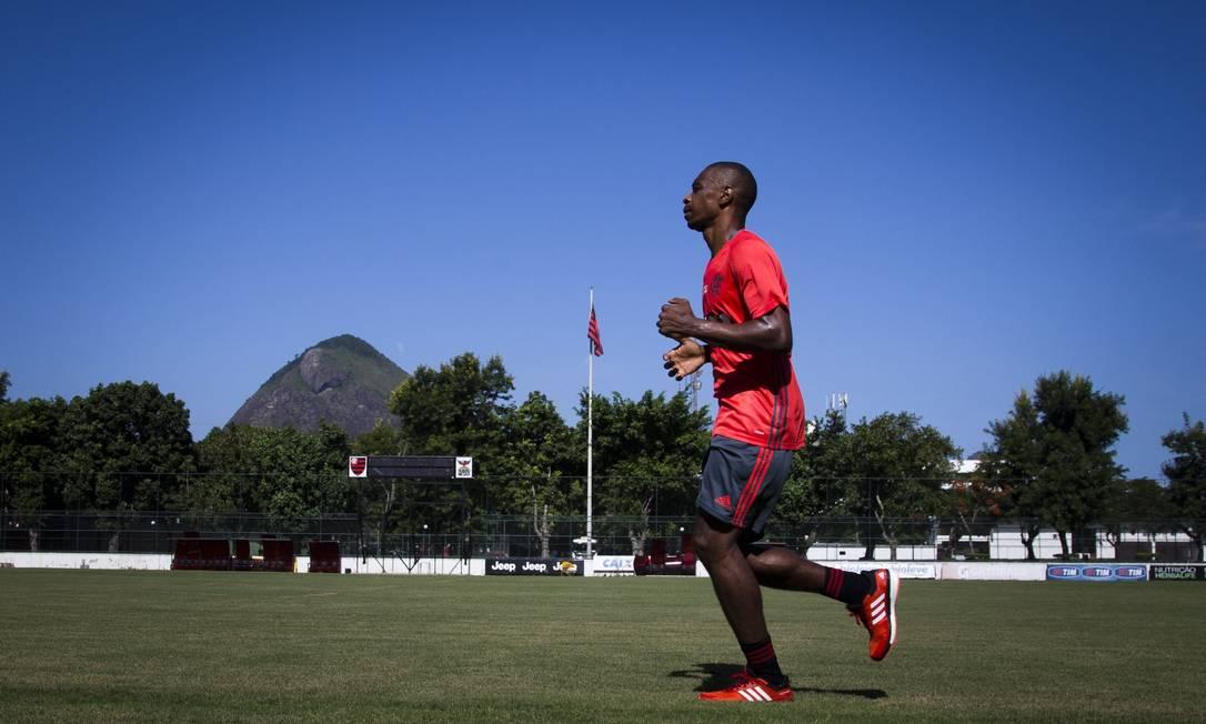 Zagueiro Juan corre na Gávea em sua volta ao Flamengo Guito Moreto