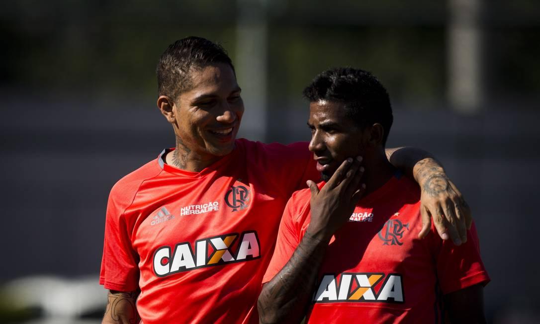 Guerrero abraça Rodinei na reapresentação do Flamengo, na Gávea Guito Moreto