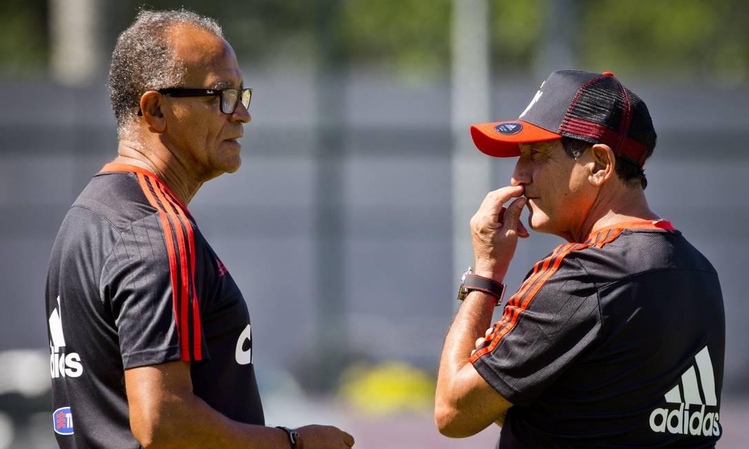 O técnico Muricy Ramalho conversa com o auxiliar, Jayme de Almeida Agência O Globo