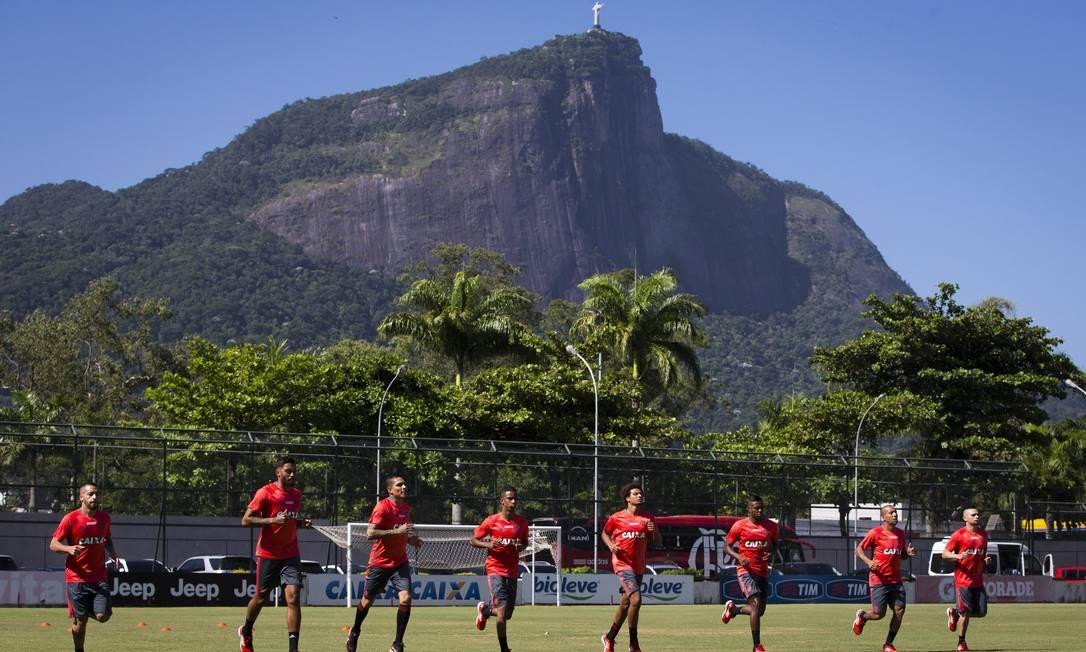 Jogadores do Flamengo correm no gramado da Gávea Guito Moreto