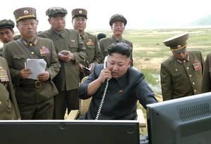 Kim consulta tecnologias militares com assessores Foto: © KCNA KCNA / Reuters / REUTERS