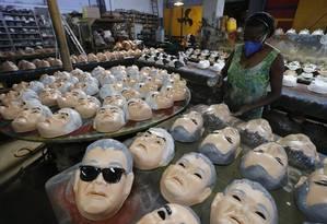 Máscaras do policial federal Newton Ishii é fabricada em São Gonçalo Foto: Domingos Peixoto