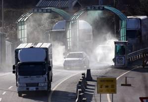 Veículos sul-coreanos voltam de complexo industrial na vizinha do Norte Foto: Lee Jin-man / AP