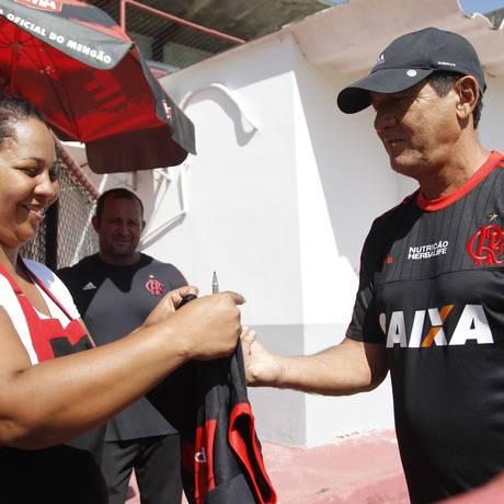 O técnico Muricy Ramalho dá autógrafo a uma torcedora na Gávea Foto: Gilvan de Souza / Flamengo / divulgação