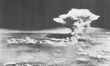 Explosão da bomba atômica sobre a cidade japonesa de Hiroshima em 1945 foi uma das que espalharam elementos radioativos pelo planeta que poderão ser identificados nos registros geológicos por cientistas do futuro Foto: REUTERS