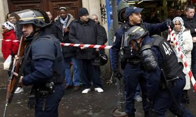 Atentado frustrado. Polícia francesa cerca área após uma tentativa de ataque a delegacia no 18º distrito de Paris: agressor, um jovem marroquino, jurara lealdade ao chefe do EI Foto: BENOIT TESSIER / BENOIT TESSIER/REUTERS