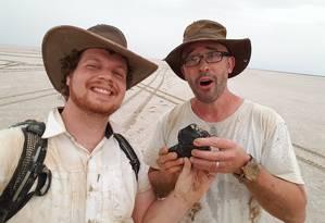 À esquerda, o pesquisador Robert Howie e, à direita, o líder da pesquisa, Phil Bland, segurando o meteorito de 1,7 quilo encontrado na véspera do ano novo Foto: Divulgação/Universidade Curtin