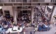 Crise. Funcionários do município fazem longas filas em frente à agência do Banerj para receberem seus salários