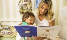 """Leticia Terra lê o livro """"A caminhada"""" para o filho Pedro, de 2 anos: técnica dá certo com ela Foto: Fabio Seixo"""