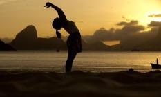 A estudante de Psicologia Bibiana Bittencourt costuma sair de seu estágio e ir para a Praia de Icaraí no fim da tarde para meditar e praticar exercícios de ioga antes de voltar para a sua casa no próprio bairro Foto: Guilherme Leporace