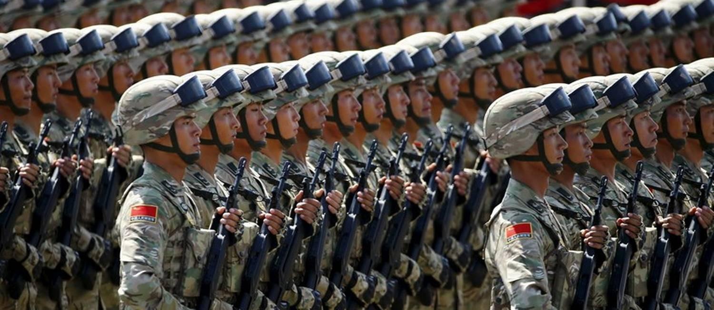 Militares desfilam em Pequim durante cerimônia pelos 70 anos do fim da Segunda Guerra: China tem o segundo maior gasto militar no mundo Foto: Damir Sagolj / Reuters