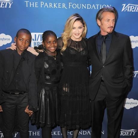 Madonna e Sean posam com os filhos adotivos da cantora Foto: Reprodução