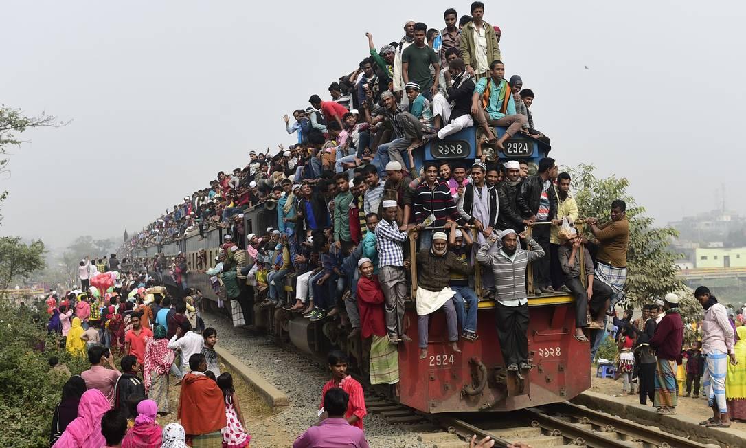 Devotos muçulmanos superlotam um trem, na volta de evento religioso perto da cidade de Dhaka, em Bangladesh MUNIR UZ ZAMAN / AFP