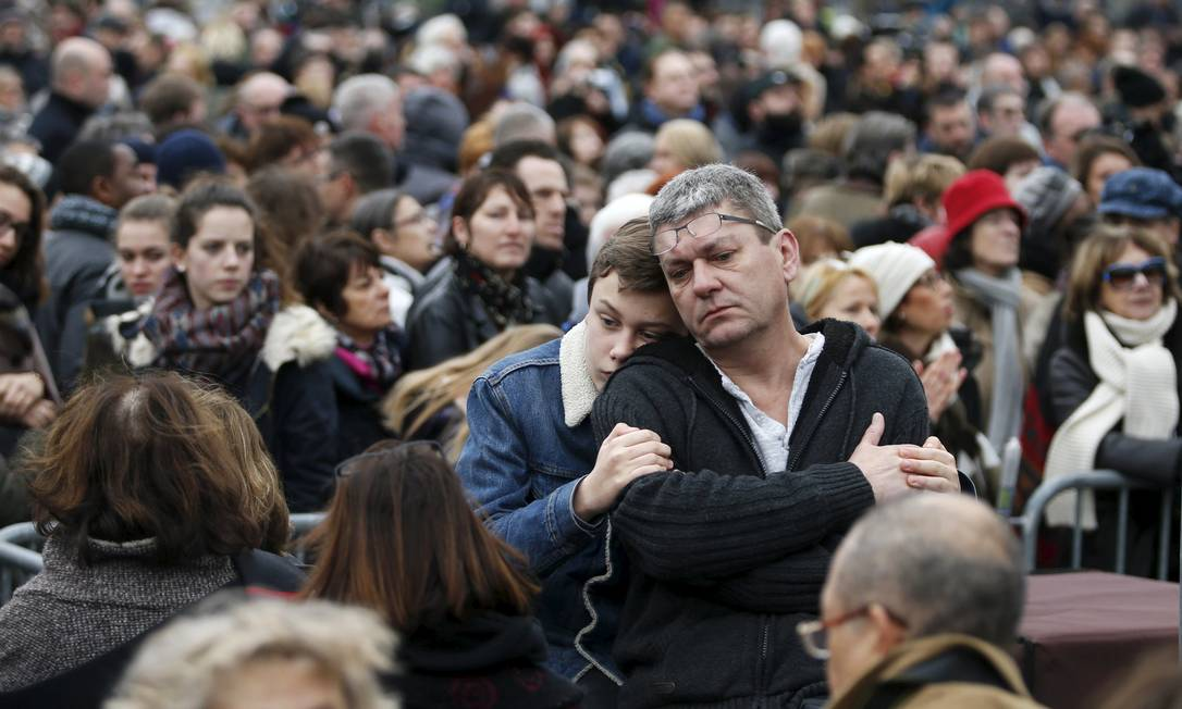 Pessoas participam de homenagem às vítimas do ataque do ano passado, ao jornal satírico Charlie Hebdo e ao supermercado judeu, em Paris, França CHARLES PLATIAU / REUTERS