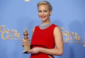 Jennifer Lawrence posa com o Globo de Ouro de melhor atriz em filme de comédia por seu desempenho em