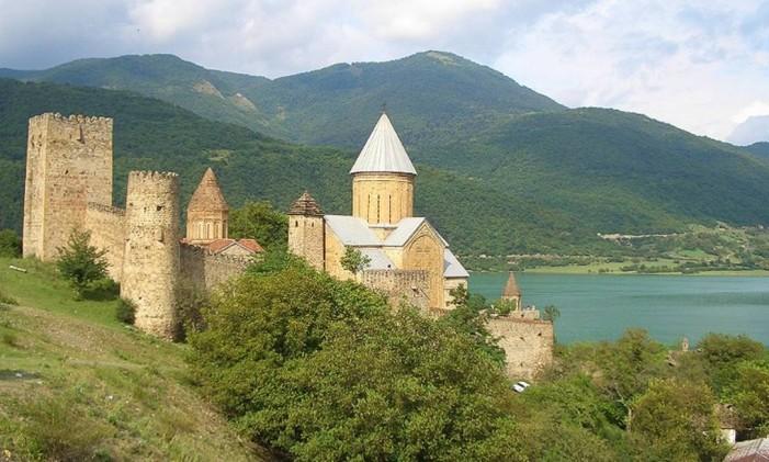 Fortaleza de Ananuri, na Geórgia Foto: Wild Frontiers / Reprodução / CNN