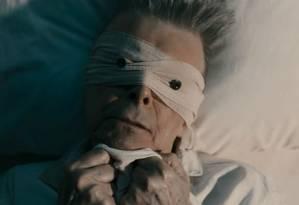 Vendado, Bowie aparece deitado em uma cama de hospital Foto: Reprodução