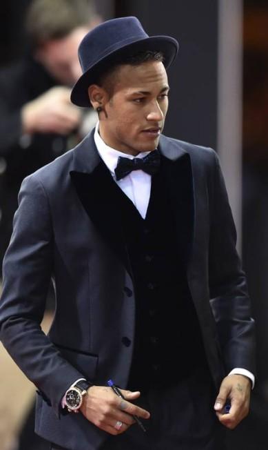 Neymar resolveu complementar o look com um chapéu MICHAEL BUHOLZER / AFP