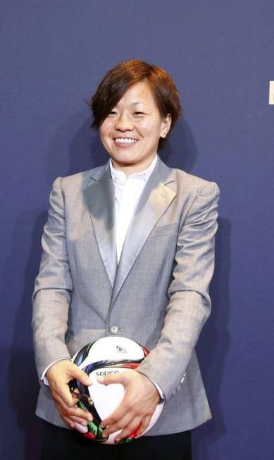 A japonesa Aya Miyama, também indicada, veio com um terninho cinza ARND WIEGMANN / REUTERS