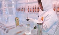 Barman Arthur Werneck prepara drink com saquê em bar de gelo, no Recreio Foto: Carolina Farias