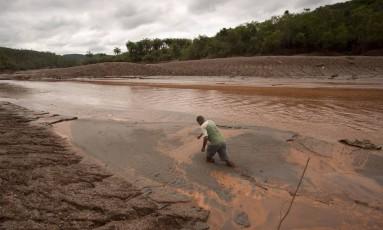 Desmoronamento da barragem de Fundão, na mineradora Samarco, na cidade mineira de Mariana Foto: Márcia Foletto / Agência O Globo