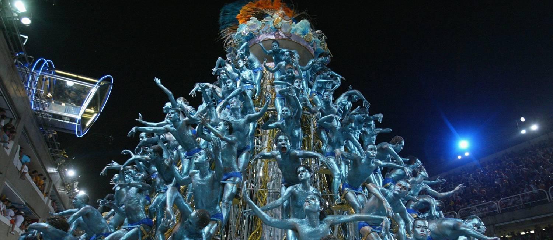 Carro alegórico tem pirâmide humana representando o DNA no desfile da Unidos da Tijuca de 2004 Foto: Marco Antônio Teixeira / Agência O Globo