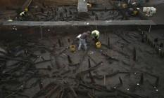 Arqueólogos trabalhando no sítio onde descobriram casas superpreservadas Foto: PETER NICHOLLS / REUTERS