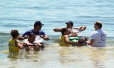 Adaptado. Banhistas tomam banho de mar em cadeiras anfíbias Foto: DIVULGAÇÃO / divulgação/praia para todos