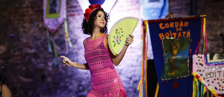 Fotógrafa de 25 anos, Ana Andrade gosta de fazer performances carnavalescas Foto: Fernando Lemos / Agência O Globo
