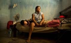 Fabiane Ferreira e os filhos, no sítio em Japeri: ela toma conta do lugar em troca de abrigo e comida Foto: Márcia Foletto / O Globo