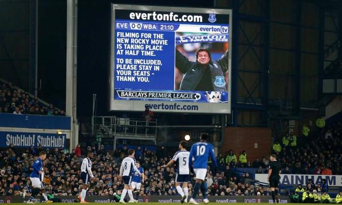 Stallone pede que torcida do Everton participe da gravação de cenas de 'Creed', durante o intervalo de um jogo contra o West Brom, em janeiro de 2015 Foto: Reuters
