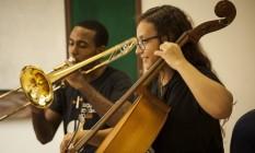 Paixão. Isaque Suzarte e Camila Batista em um dos ensaios na Escola de Música da Rocinha Foto: Hermes de Paula / Hermes de Paula