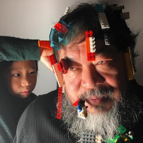 Ai Wei Wei com as peças de Lego Foto: REPRODUÇÃO