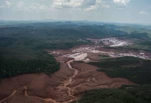 Vista aérea da destruição provocada pelo rompimento de barragem no distrito Bento Ribeiro, em Mariana Foto: Christophe Simon / AFP / 6-11-2015