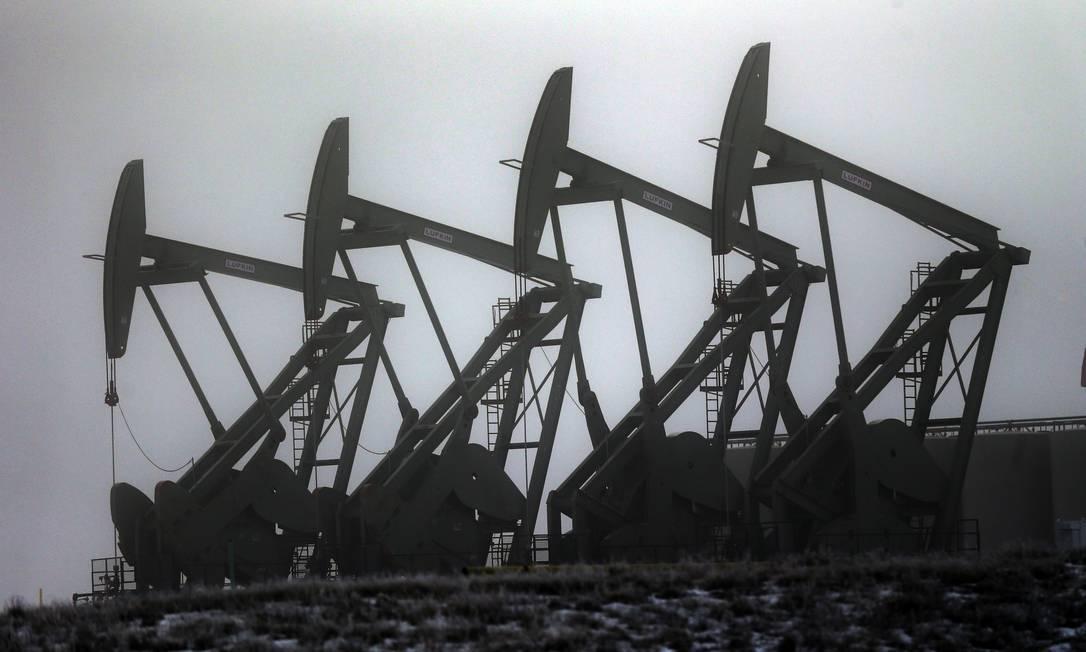 Bombas de petróleo em campo de extração nos EUA: queima de combustíveis fósseis pela nossa civilização mudou ciclo natural de carbono do planeta, num dos sinais que ficarão registrados nos estratos geológicos por milhões de anos Foto: AP/Eric Gay