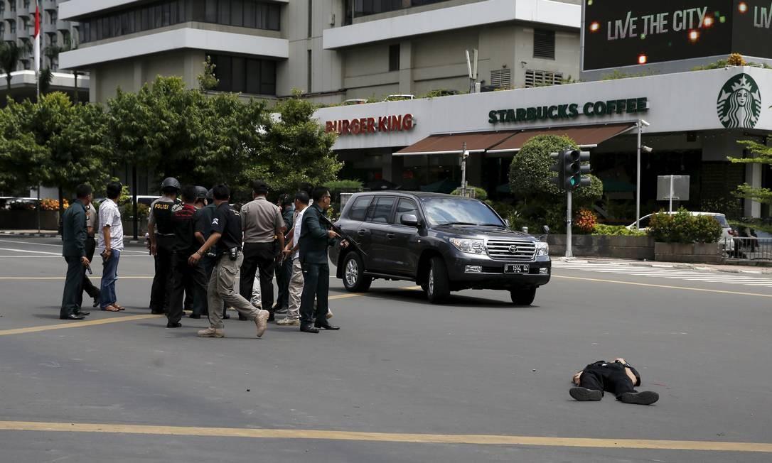 Várias explosões em Jacarta deixaram ao menos um morto Foto: BEAWIHARTA / REUTERS