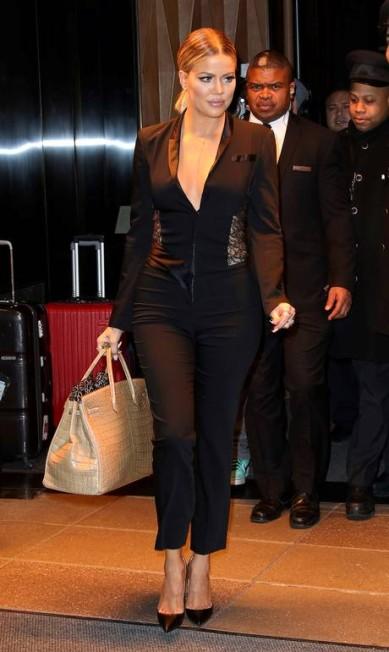 Khloé Kardashian não cansa de ser sexy, como toda a família. A irmã de Kim Kardashian deu o que falar em Nova York ao aparecer na cidade, em dois momentos diferentes, com macacões que destacavam sua comentada silhueta AKM-GSI
