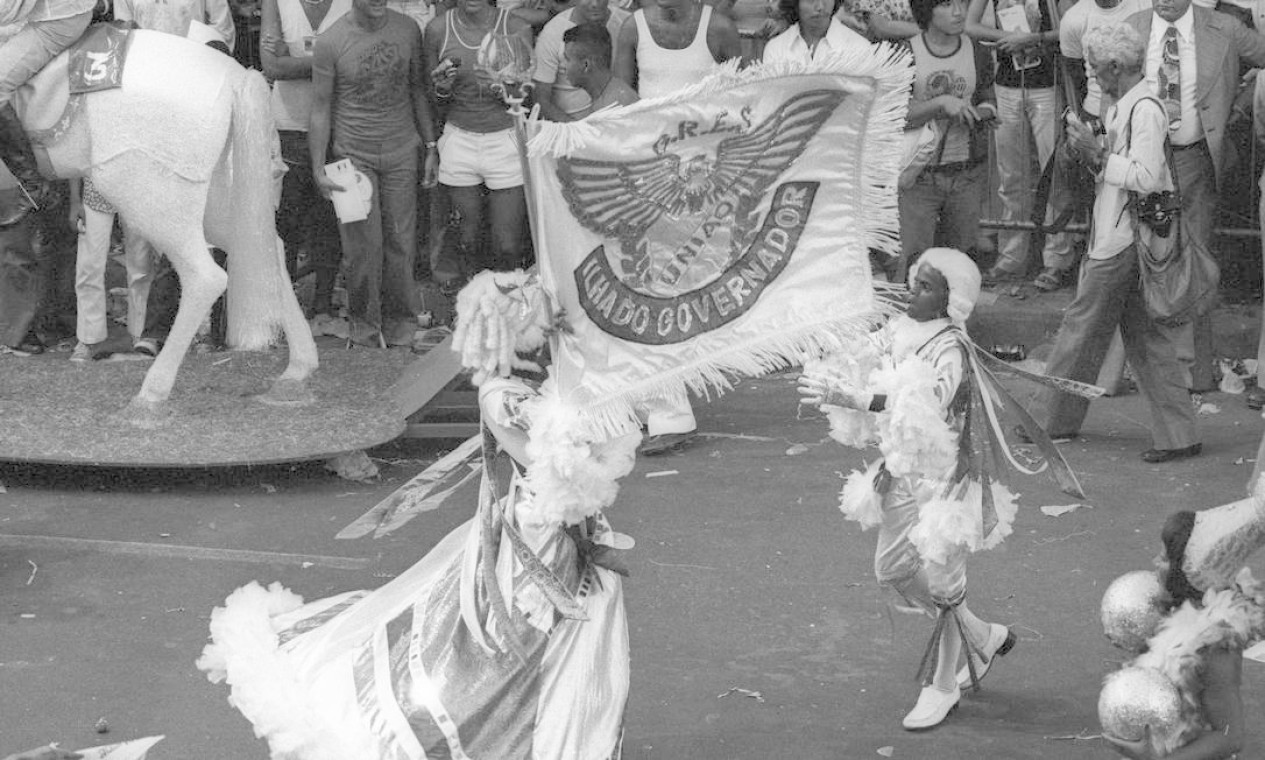 O desfile foi descontraído, mas mestre-sala e porta-bandeira vieram com as tradicionais cabeleiras brancas Foto: Eurico Dantas / Agência O Globo