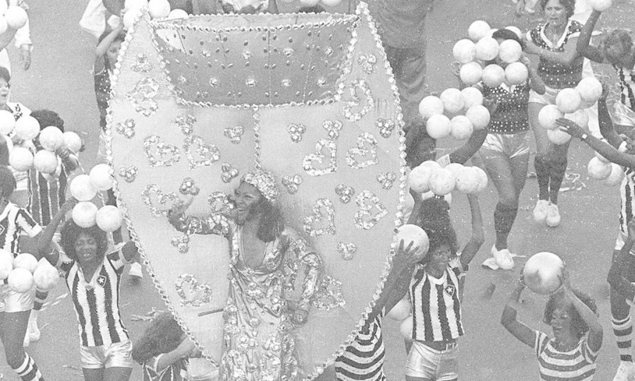 A Taça Jules Rimet foi uma das alegorias no enredo que falava de futebol Foto: Luiz Pinto / Agência O Globo