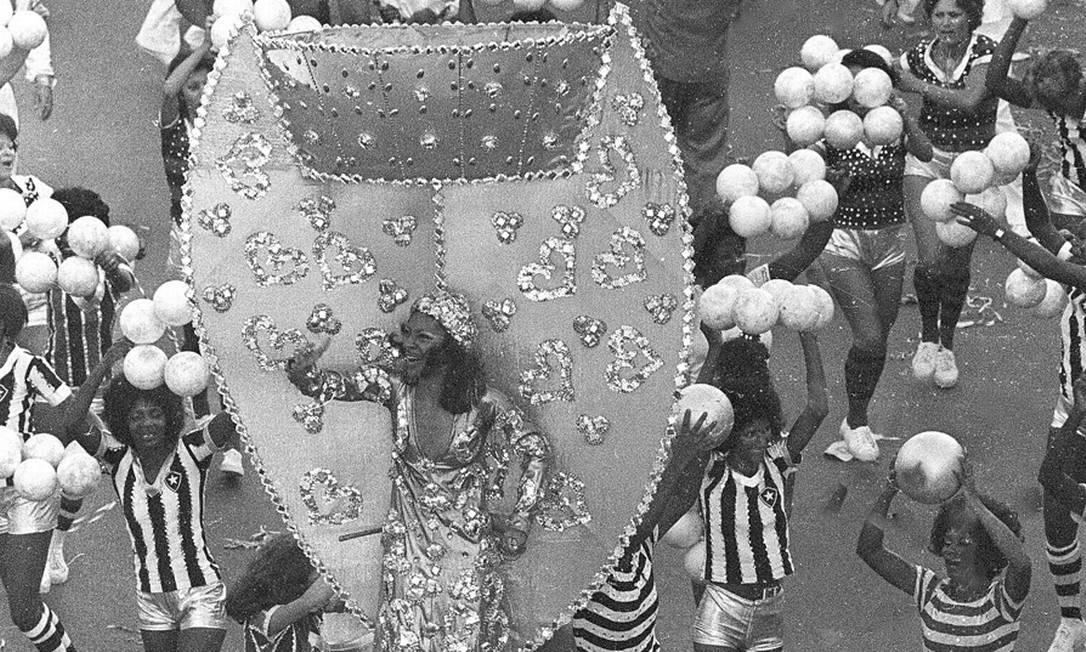A Taça Jules Rimet foi uma das alegorias no enredo que falava de futebol Luiz Pinto / Agência O Globo