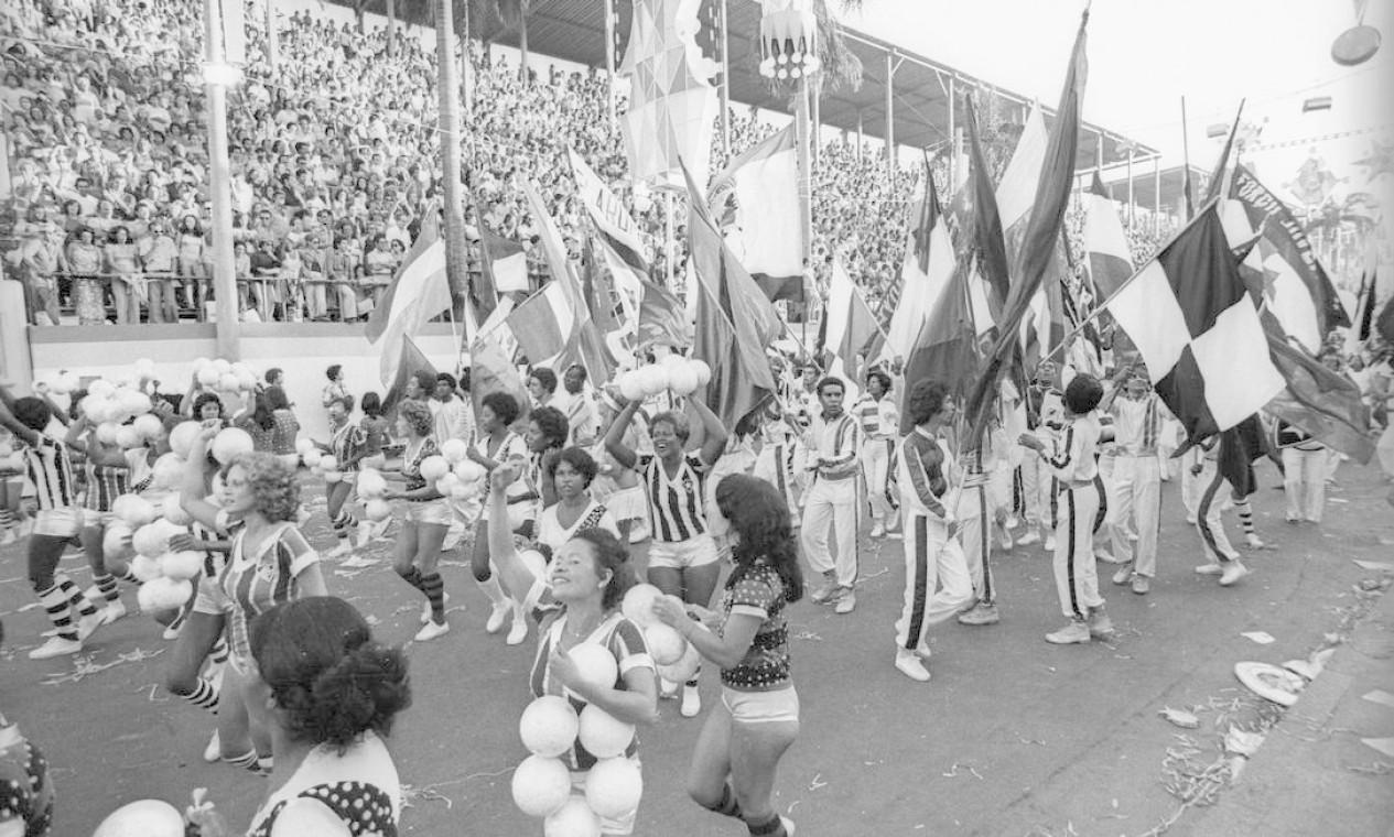 As torcidas que lotavam o Maracanã no fim de semana estavam na avenida Foto: Anibal Philot / Agência O Globo