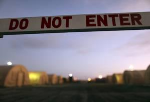 Placa demarca área fechada na base naval americana de Guantánamo, em Cuba Foto: REUTERS